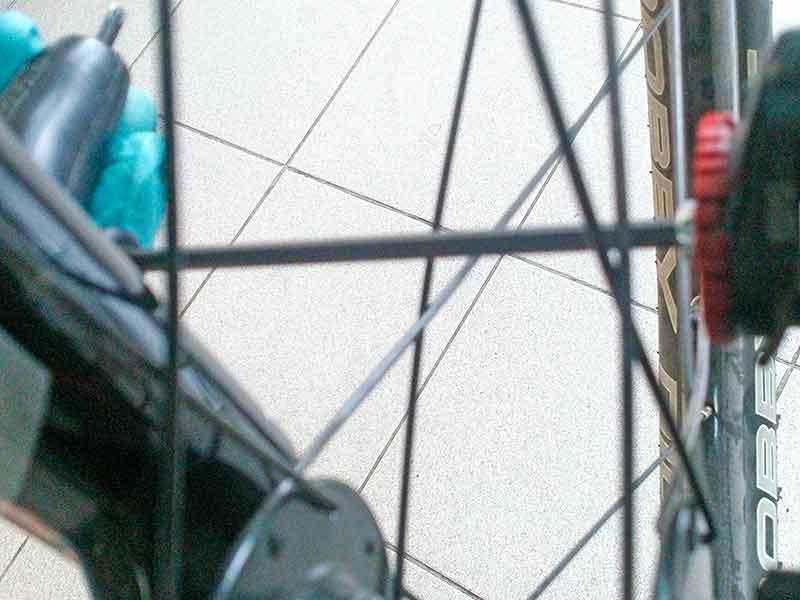 9. Закрутите правую колодку максимально близко к ротору. Вращая колесо, проверьте, чтобы ротор не притирал колодки.