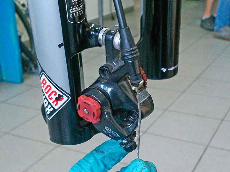 3. Протяните трос через направляющую и винт крепления троса - для него имеется специальный желобок.