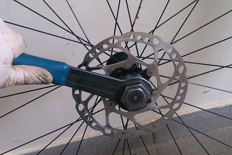 2. Снимите ротор съемником кассеты, торксом на 25 или кареточным ключом - зависит от того какое у вас крепление ротора.