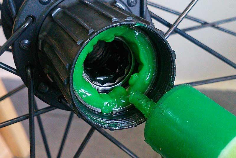 13. После очистки, разместите небольшое количество смазки во втулке.