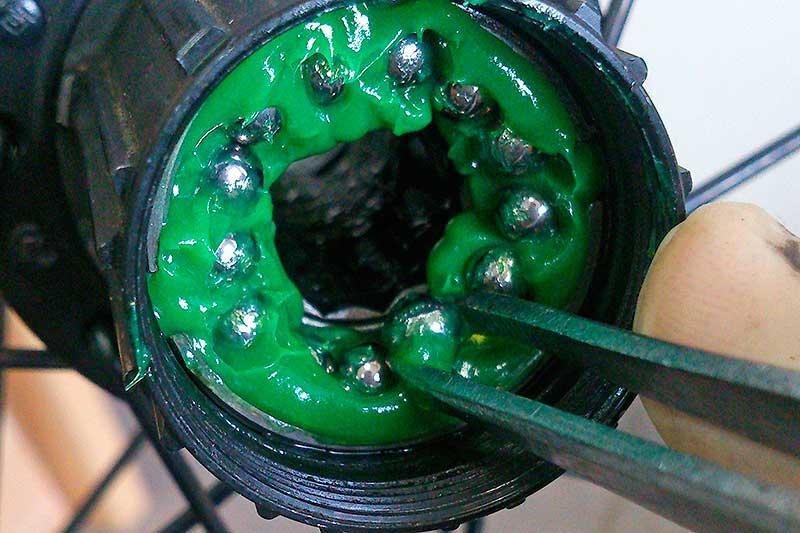 14. Разместите шарики в барабане и нанесите смазку.