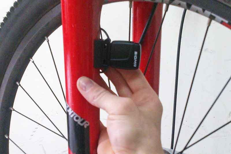 5. Расположите датчик на ноге вилки на расcтоянии от компьютера не более 70 см.