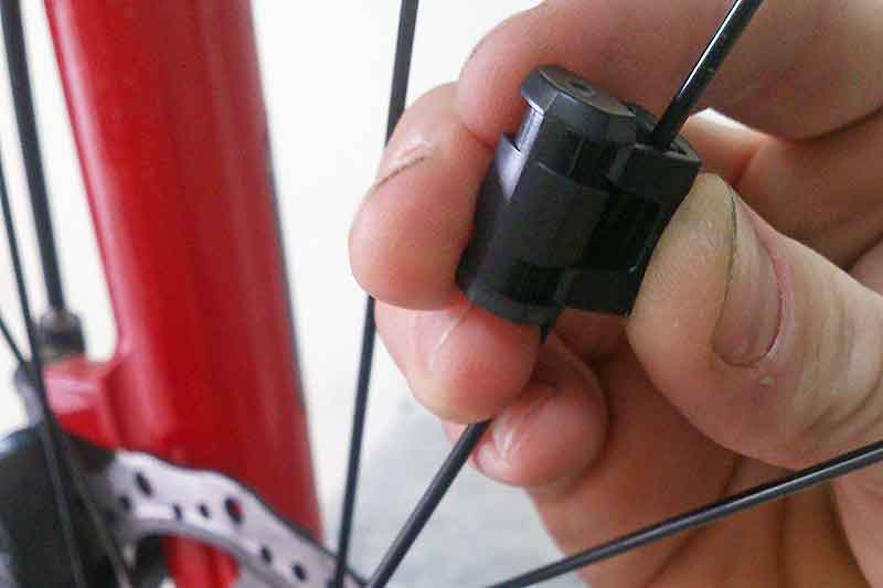 7. Разместите магнит на спице напротив датчика приёма сигнала. Они должны находиться друг от друга на расстоянии не более 5 мм.