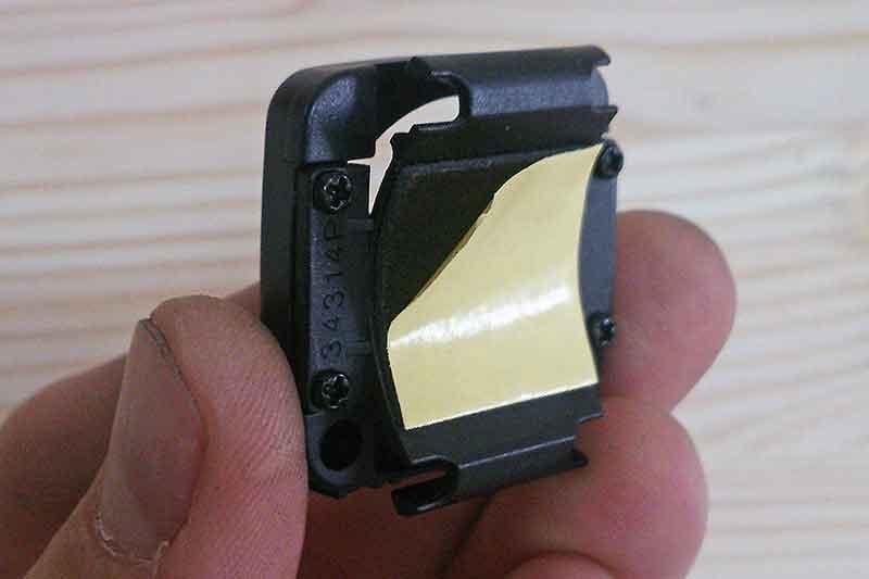 1. Снимите защитную плёнку с задней стороны базы.