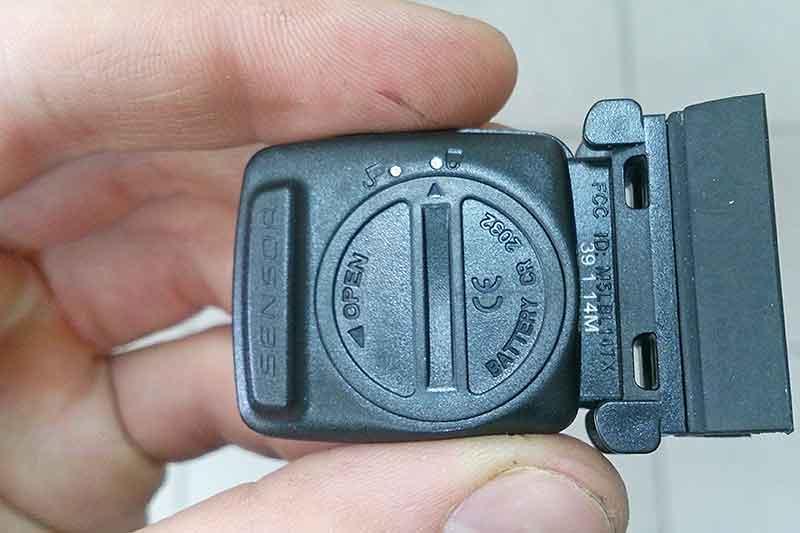 4. Далее, установим датчик приёма сигнала на правую ногу вилки сенсором в сторону колеса.