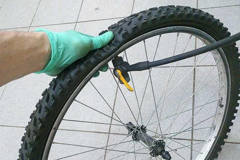 11. Накачайте колесо насосом или компрессором. Будьте внимательны, индикатор на корде покрышки должен одинаково распределиться по ободу. Внимание! Рекомендуемое давление обозначается сбоку на покрышке.