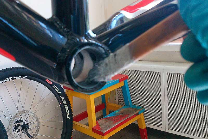 10. Очистите кареточный узел от грязи и старой смазки. Смажьте резьбу неприкипающей смазкой.